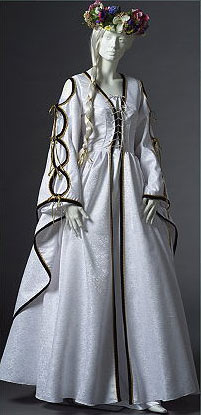 white-gold-renaissance-wedding-gown_53b32934ddf2b378e83139e5