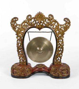 COLLECTIE_TROPENMUSEUM_Gong_hangend_in_een_standaard_onderdeel_van_gamelan_Semar_Pagulingan_TMnr_1340-13